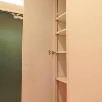 細めの収納。※写真は別部屋です。