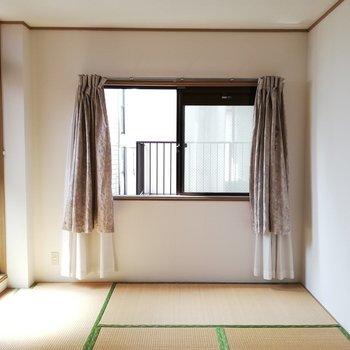 ベランダがあるので和室も二面採光なんです※写真は通電前のものです