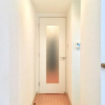 キッチンの隣を開けると玄関へ続きます※写真は前回募集時のものです。