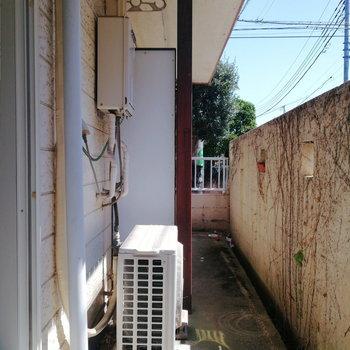 バルコニーはお隣さんとほんのり仕切られています。※写真は通電前・前回募集時のものです