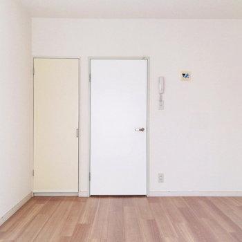 ベッドは右側かな。※写真は通電前・前回募集時のものです