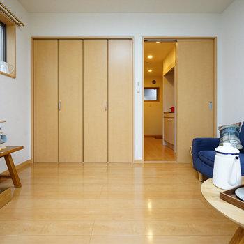 左はクローゼット扉です!※画像は別室です