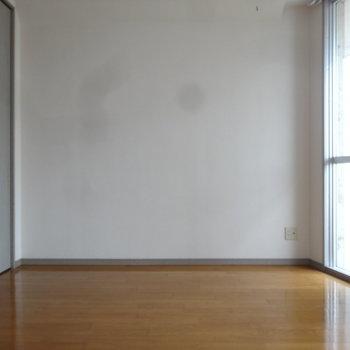 日中でも明るい室内。このスペースはベッドを置くのが良さげ。