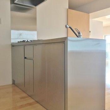 ステンレス製キッチン!収納もしっかりありますよ。※写真は、前回撮影時のもの