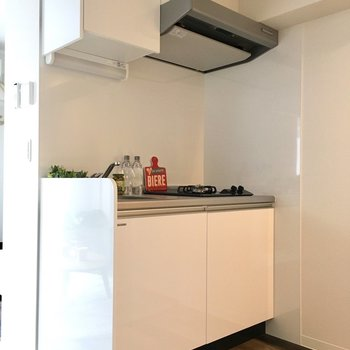 玄関あけて目に入るキッチンスペース(家具は見本です)
