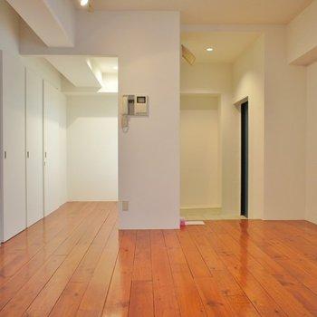 真っ白な室内にブランのフローリング♪統一感があっていいですね