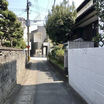 アパートの前は細い路地。小学生たちも通っていました。