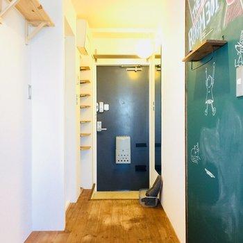 玄関前には黒板も