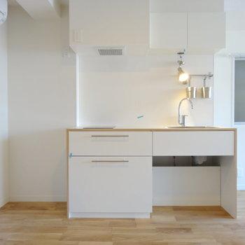 部屋の雰囲気に馴染むナチュラルなキッチン