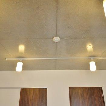 クールな天井+オシャレな照明で素敵な空間に!※写真は別室です。