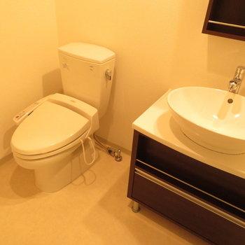洗面台とトイレは同じ空間に(※写真は8階の同間取り別部屋のものです)