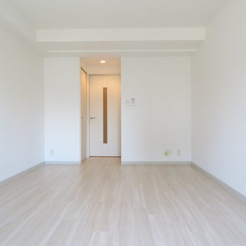 真っ白でプレーン。さりげないダウンライトが◎(※写真は8階の同間取り別部屋のものです)