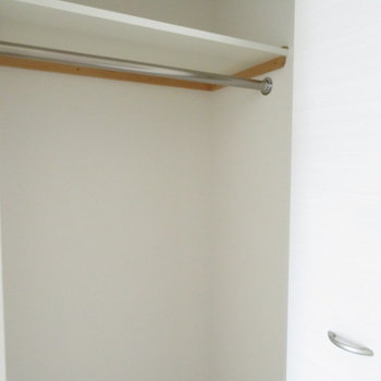 収納は狭めかな(※写真は8階の同間取り別部屋のものです)