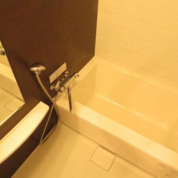 お風呂もゆったりサイズ(※写真は8階の同間取り別部屋のものです)
