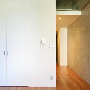 白とコンクリの調和(※写真は3階の同間取り別部屋のものです)