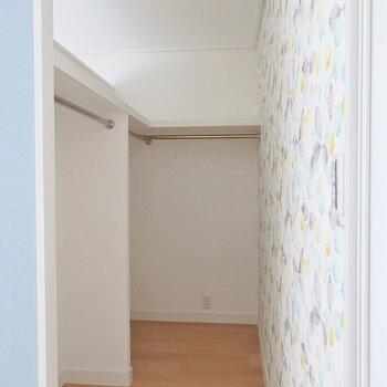 【別部屋】壁はかわいらしい小花柄。