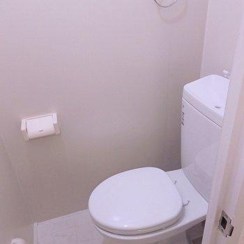 トイレは天井が高くて落ち着く空間。