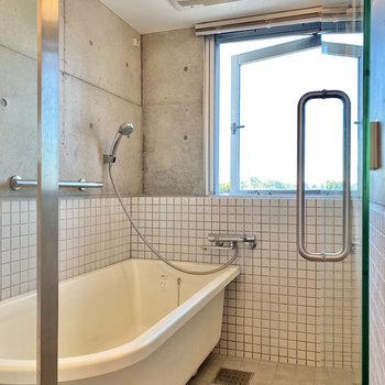 開放的なバスルームはミストサウナ付き。