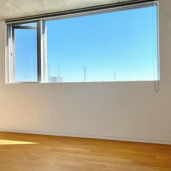 窓から見える青空が綺麗ですね〜。