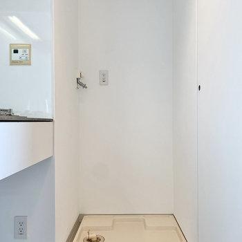 右横に室内洗濯機置き場があります。