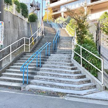 駅からお部屋までに階段があります。