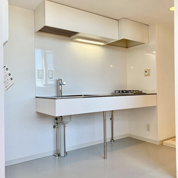 冷蔵庫は右側に置けますね。