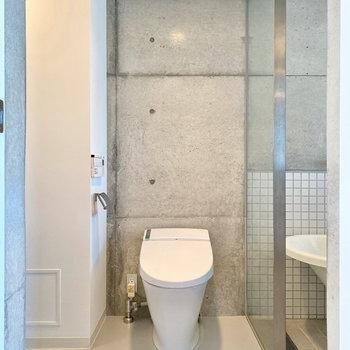 トイレは脱衣室にあります。