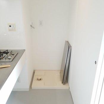 洗濯機置場はキッチンの横にあります。