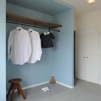 キッチン側の居室は水色のオープン収納で