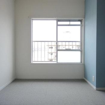 LDK側の洋室はカーペット。