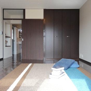玄関側の洋室。落ち着いたブラウンのシンプルな空間