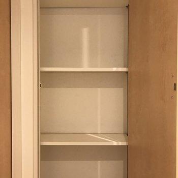 玄関横の収納は掃除用具や生活用品のストック類をしまえます。