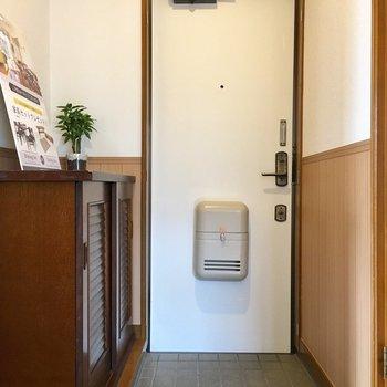 白い扉の爽やか玄関。