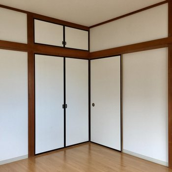 寝室にあるこちらの和風の扉も収納スペース。
