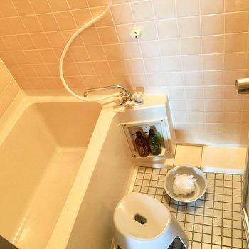 お風呂はちょっとレトロのタイル仕様。