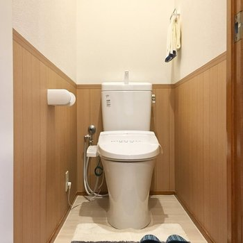 ウォシュレット付きのトイレは、前のスペースに余裕があります。