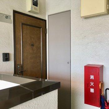 2階に上がって、左側が201号室です。