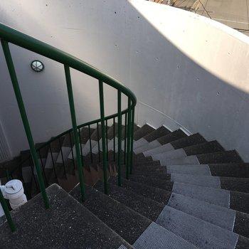 玄関までは螺旋階段で。