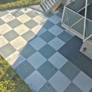 共用部から下を見下ろすと・・・チェスボード??