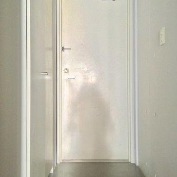 玄関は段差がないフラットタイプ