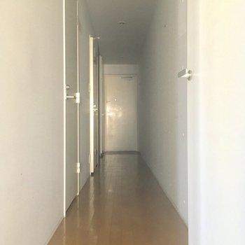 LDKから扉を開けて廊下へ、左手には・・・