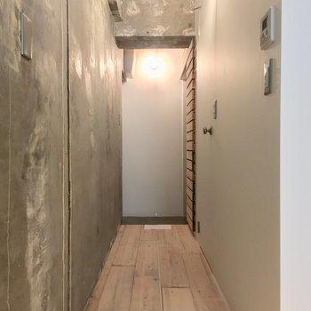 キッチン横の廊下がこちら、右手には・・・