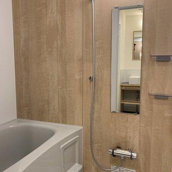 お風呂も木目風で落ち着ける雰囲気ですね。