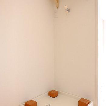 洗濯機の上には棚。洗剤をおいたりタオルを置いたり♪ ※写真は706号室です