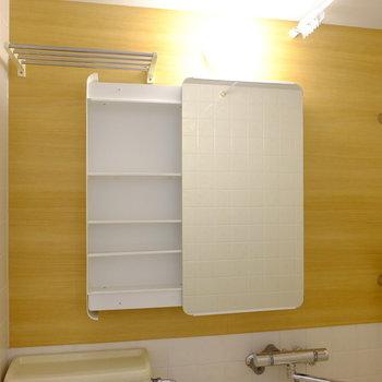 横に開ける可愛い洗面鏡!