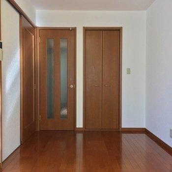お部屋の反対側、右の扉は・・※写真は前回募集時のものです