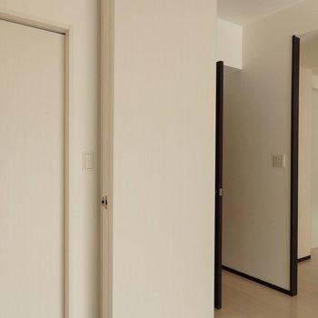 仕切戸は折りたたんで小さくまとめられています。(※写真は2階の同間取り別部屋のものです)