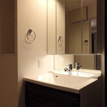 洗面台もスッキリオシャレなタイプ。(※写真は2階の同間取り別部屋のものです)