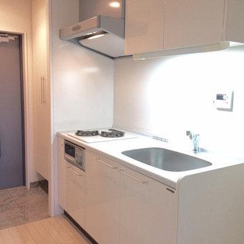 白いシステムキッチンは上品でかっこいい!(※写真は5階の同間取り別部屋のものです)