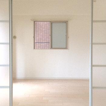 寝室にも小窓がありますよ(※写真は5階の同間取り別部屋のものです)